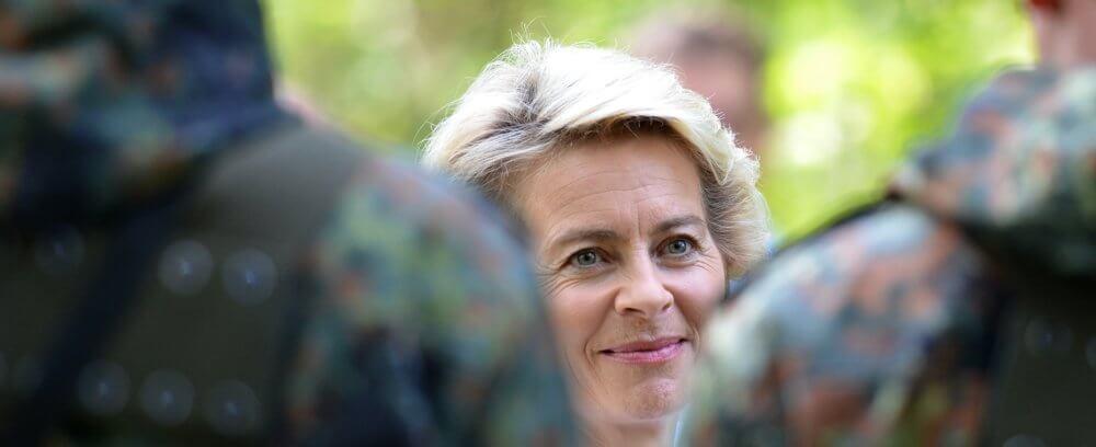 Ursula von der Leyen zwischen Soldaten in Flecktarn Foto: Dirk Vorderstraße