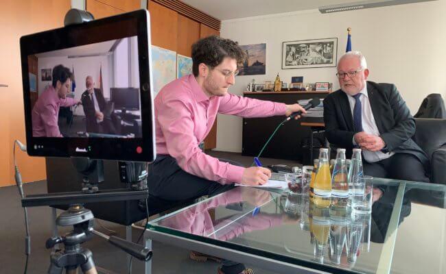 Patrick Pehl im Gespräch mit Wolfgang Hellmich (SPD); Vorsitzender Verteidigungsausschuss