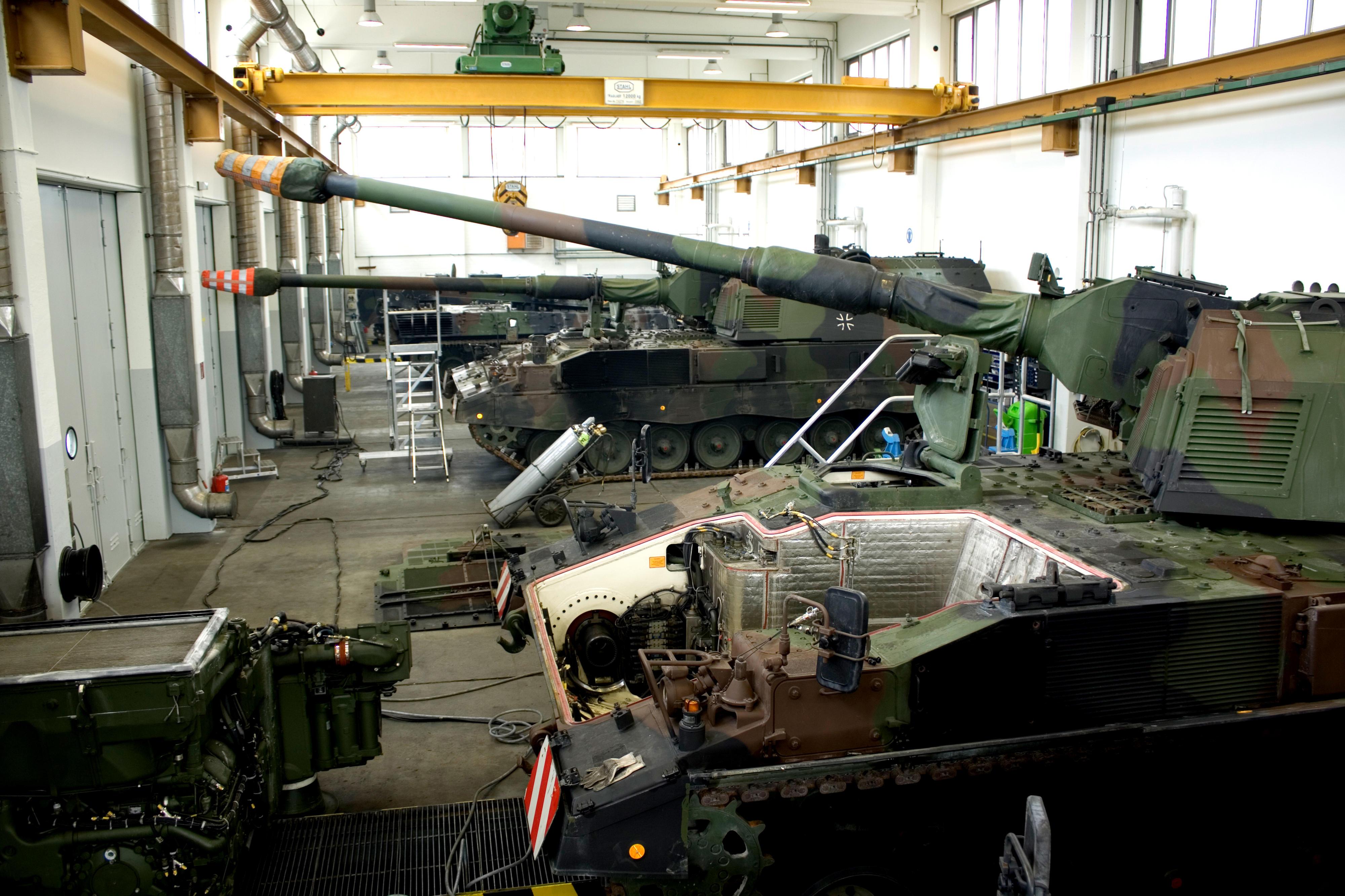 Panzerhaubitze 2000 in den Werkshallen der Heeresinstandsetzungslogistik GmbH (HIL) in Augustdorf. © Bundeswehr / DeCastro